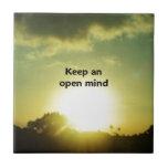 Guarde una mente abierta tejas  cerámicas