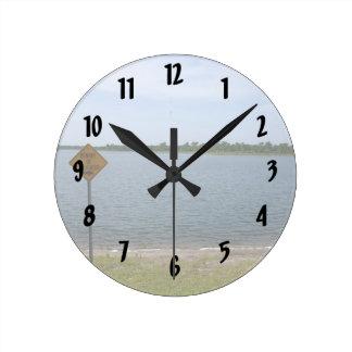 Guárdese de muestra del cocodrilo por la charca reloj redondo mediano