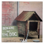 Guárdese de muestra del perro con el pequeño perro azulejos ceramicos