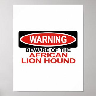 Guárdese de perro africano del león posters