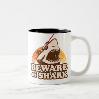 Guárdese de tiburones con los rayos laser de taza de café de dos colores
