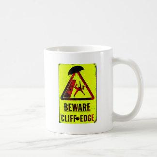 Guárdese del borde del acantilado taza