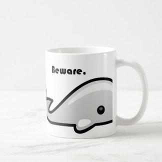 Guárdese del dibujo animado de la ballena blanca taza básica blanca