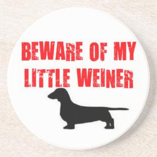Guárdese del pequeño perro de Weiner Posavasos Personalizados