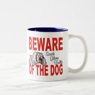 Guárdese del perro con nombre personalizado taza de dos tonos