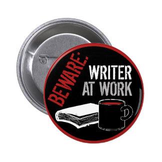 Guárdese: Escritor en el trabajo Pin Redondo De 2 Pulgadas