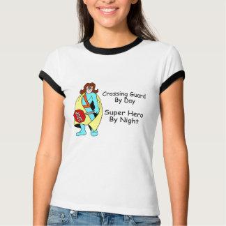 Guardia de travesía del superhéroe del día por camisas