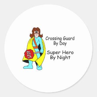 Guardia de travesía del superhéroe del día por pegatina redonda