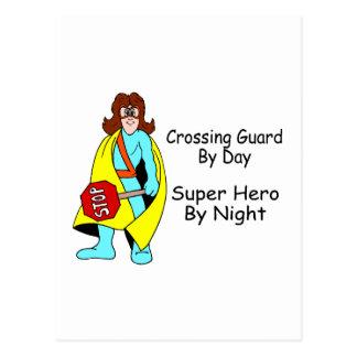 Guardia de travesía del superhéroe del día por postal