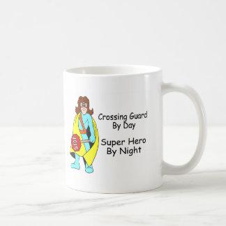 Guardia de travesía del superhéroe del día por taza