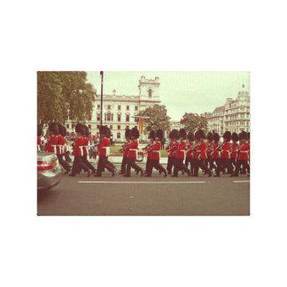 Guardias que marchan en el Buckingham Palace Impresiones En Lienzo Estiradas