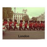 Guardias que marchan en el Buckingham Palace Tarjeta Postal
