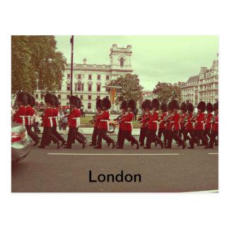 Guardias que marchan en el Buckingham Palace Postal