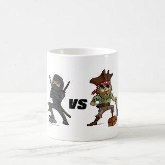 Guerrero épico: Ninja contra pirata Taza Básica Blanca