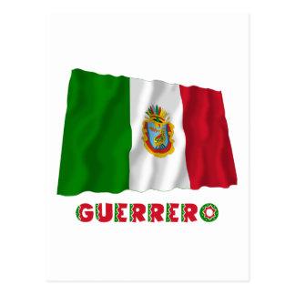Guerrero que agita la bandera oficiosa tarjeta postal