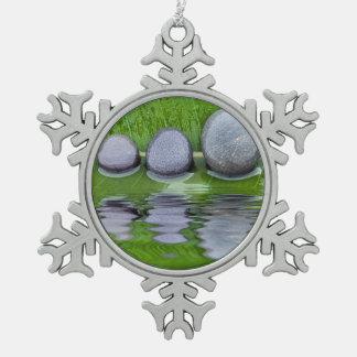 Guijarro del zen adorno de peltre en forma de copo de nieve