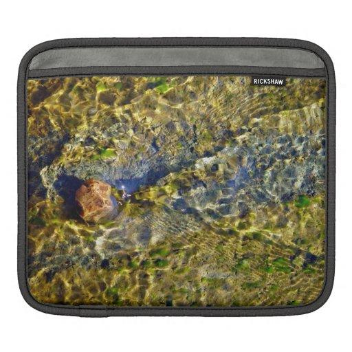 Guijarro en agua corriente mangas de iPad