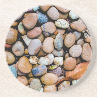 Guijarros coloridos de las rocas de las piedras posavasos de arenisca