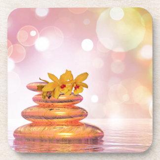 Guijarros de la balanza con las flores posavasos de bebidas