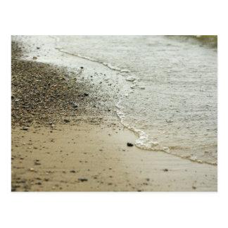 Guijarros de la playa a lo largo de la postal de l
