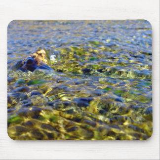 Guijarros en agua corriente alfombrillas de ratones