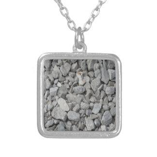 Guijarros grises del granito collar plateado
