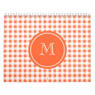 Guinga anaranjada y blanca, su monograma calendario de pared