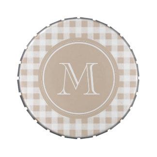 Guinga beige y blanca, su monograma latas de caramelos