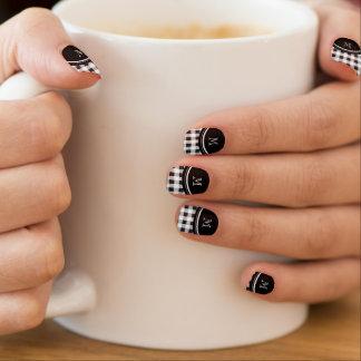 Guinga blanco y negro, su monograma arte para uñas