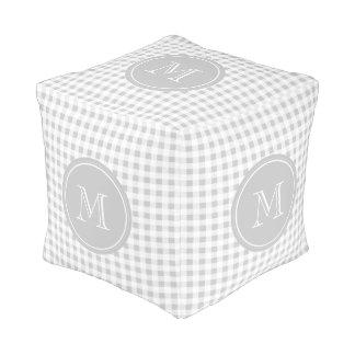 Guinga gris y blanca, su monograma puff cuadrado