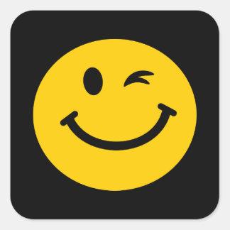 Guiño de la cara sonriente pegatina cuadrada