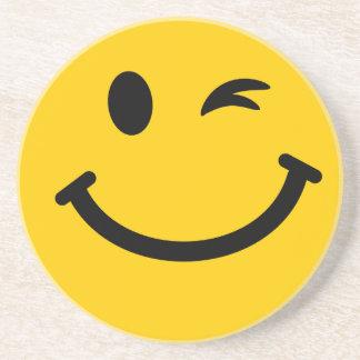 Guiño de la cara sonriente posavasos de arenisca