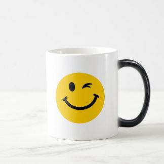 Guiño de la cara sonriente tazas de café
