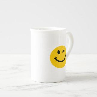 Guiño de la cara sonriente tazas de porcelana