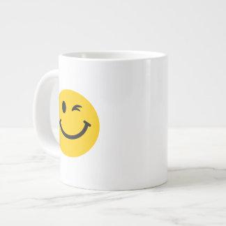Guiño de la cara sonriente taza jumbo