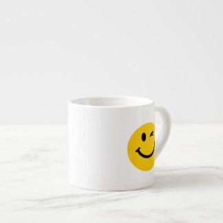 Guiño de la cara sonriente taza espresso