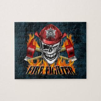 Guiño del cráneo del bombero y de las hachas puzzle con fotos