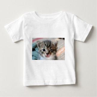 guiño del gatito playera de bebé