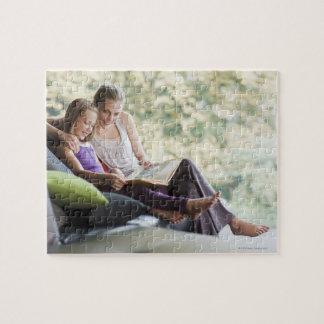 Guión de la lectura de la madre y de la hija rompecabeza con fotos