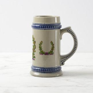Guirnalda coloreada caída y cinta púrpura tazas de café