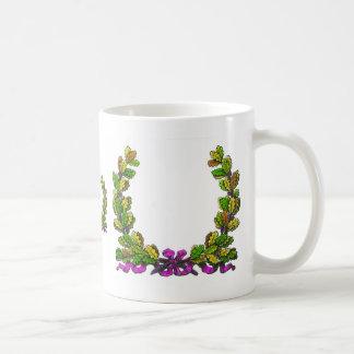 Guirnalda coloreada caída y cinta púrpura taza de café