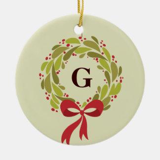 Guirnalda con monograma - nuestro primer navidad adorno navideño redondo de cerámica