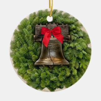 Guirnalda de Philadelphia Liberty Bell en el Adorno Redondo De Cerámica