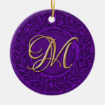 Guirnalda del laurel con el monograma del oro en p adorno de reyes