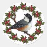 Guirnalda del navidad con el Chickadee: Arte Pegatina Redonda