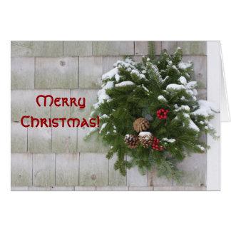 Guirnalda del navidad en la pared del cedro tarjeta de felicitación
