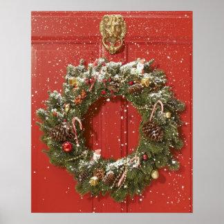 Guirnalda del navidad que cuelga en una puerta impresiones