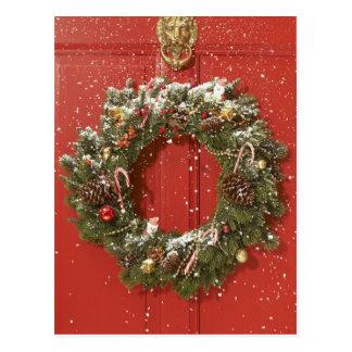 Guirnalda del navidad que cuelga en una puerta postales