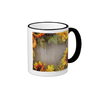 Guirnalda del otoño en el fondo de madera taza de dos colores