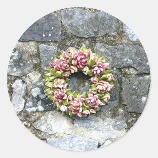 Guirnalda floral del cementerio en una pared de pegatina redonda